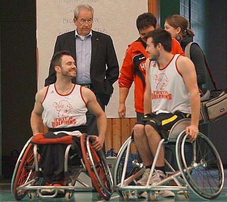 Hagen-Herwig (BSV) im Hintergrund. Vorne links Chad Jazzman und rechts Florian Ewertz (Dolphins Trier)