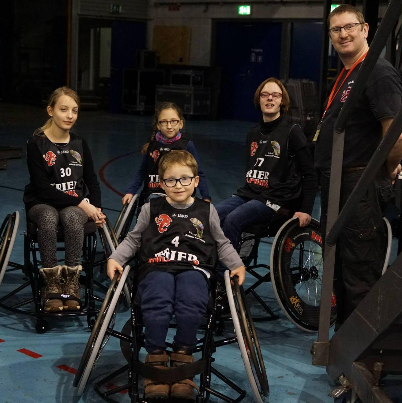 15-01-24-Rollstuhl-Spenden-Fan-Club-Dolphins-Foto-01